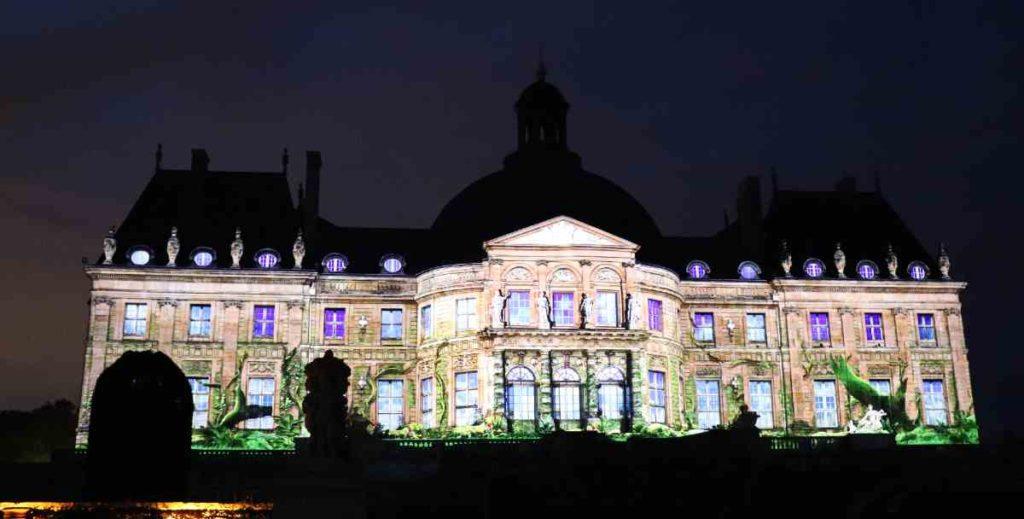 projection monumentale sur la facade du chateau à vaux