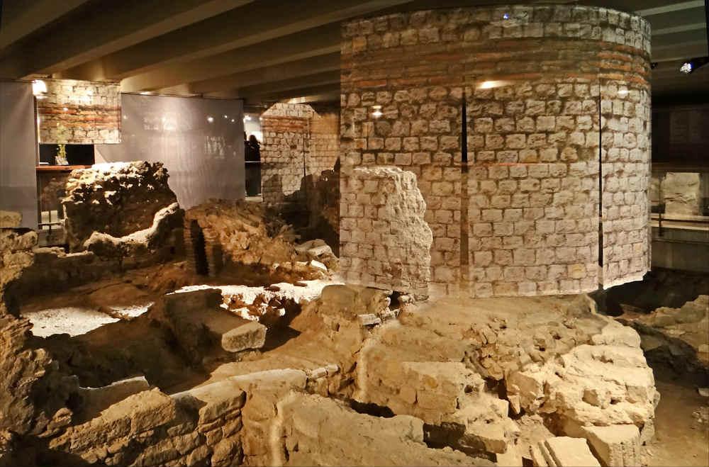 la Crypte Archéologique de l'Ile de l Cité