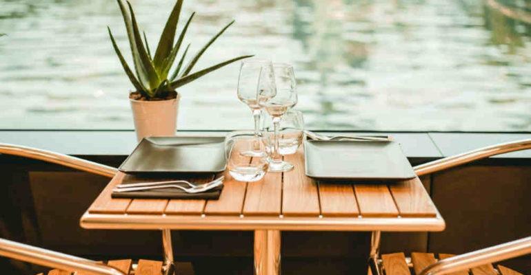 Diner croisière sur la Seine sur un bateau panoramique
